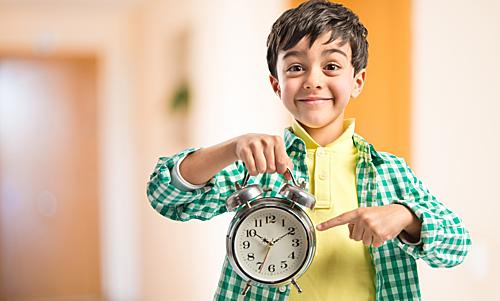 Dạy trẻ thói quen đúng giờ từ khi biết xem đồng hồ. Ảnh: Sohu.