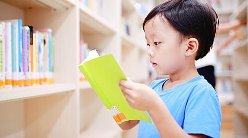 Đọc sách nuôi dưỡng trái tim biết rung cảm cho trẻ. Ảnh: Sina.