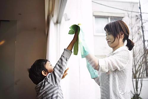 Dạy trẻ làm việc nhà để trau dồi cho bé khả năng tự chăm sóc và chịu trách nhiệm. Ảnh: Sina.