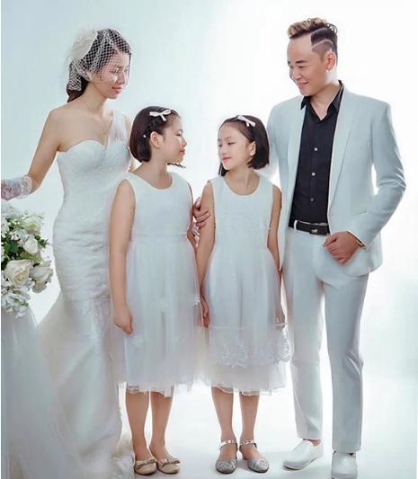 Tùng Dương và người vợ thứ ba cùng 2 con gái. Ảnh: Ngôi sao