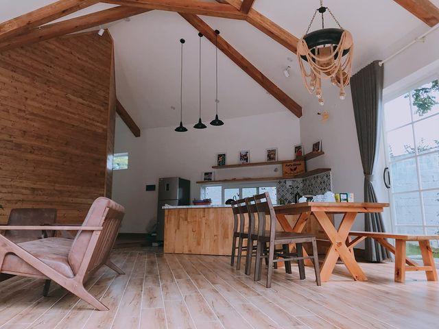 Nội thất gỗ giúp căn phòng mộc mạc nhưng cũng không kém phần hiện đại.