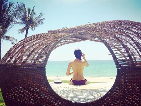 Tháng 6/2016, Phạm Hương chia sẻ một số ảnh bán nude trên tài khoản mạng xã hội. Trong hình, Hoa hậu Hoàn vũ Việt Nam 2015 chỉ mặc quần tắm, chụp từ phía sau, khoe trọn lưng trần.
