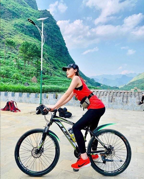 Tránh cảm giác nhàm chán với việc tập gym, Kỳ Duyên đã kết hợp đạp xe ngoài trời nhằm duy trì chế độ tập luyện đều đặn.