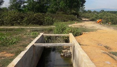 Tá hỏa phát hiện người đàn ông tử vong dưới mương nước ở Hà Tĩnh - Ảnh 1.
