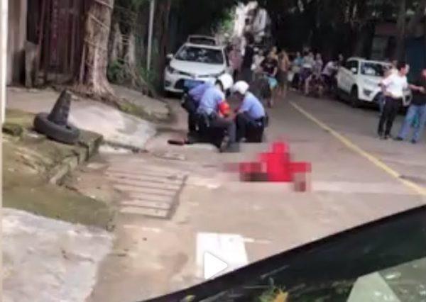 Khi cảnh sát đến thì người phụ nữ đã nằm gục trên vũng máu.