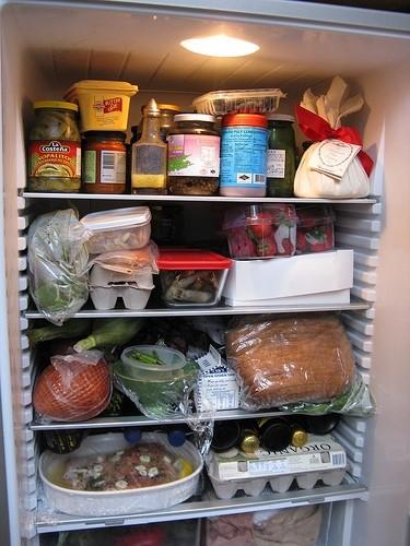 Tủ lạnh chứa quá nhiều đồ bên trong là nguyên nhân khiến tủ không làm lạnh được