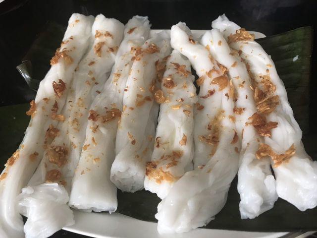 Bánh được làm từ loại gạo ngon được xay thành bột nước, tráng chín bằng hơi nước sôi qua nồi hấp. Bánh được tráng mỏng đặt lên lớp lá chuối dịu dàng hương quê.