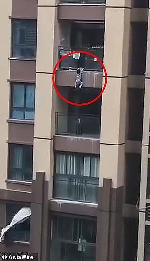 Cảnh tượng đứng tim khi bé trai 3 tuổi rơi từ lầu 6 chung cư - Ảnh 1.