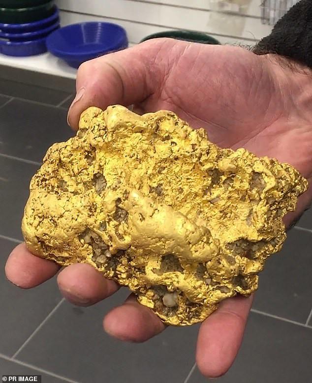 Đào được cục vàng 2kg, thức trắng 3 đêm không ngủ - Ảnh 1.