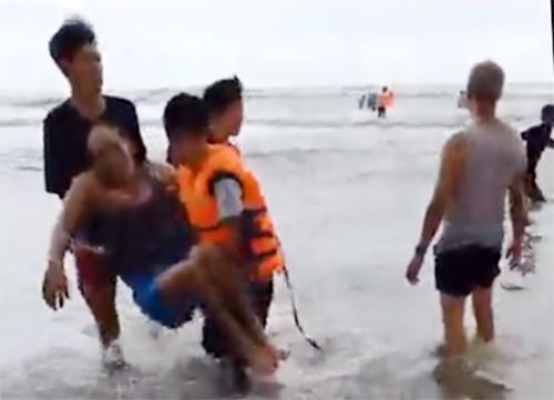 5 du khách chết khi tắm biển Bình Thuận  - Ảnh 1.