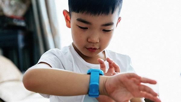 Đồng hồ định vị Trung Quốc bán đầy trên mạng sau vụ trường Gateway - Ảnh 1.