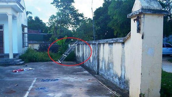 Nghệ An: Cửa cổng nhà văn hóa đổ sập khiến bé 7 tuổi bị chấn thương sọ não - Ảnh 1.