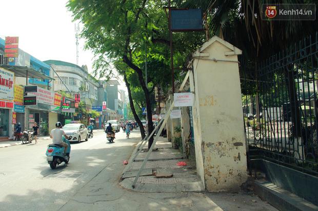 Hà Nội: Người dân vô tư ngồi bán hàng, trú nắng dưới bức tường rào sắp đổ sập của nhà khách La Thành - Ảnh 1.