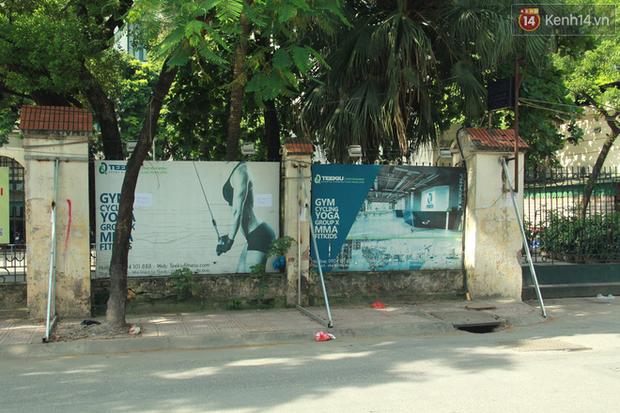 Hà Nội: Người dân vô tư ngồi bán hàng, trú nắng dưới bức tường rào sắp đổ sập của nhà khách La Thành - Ảnh 2.