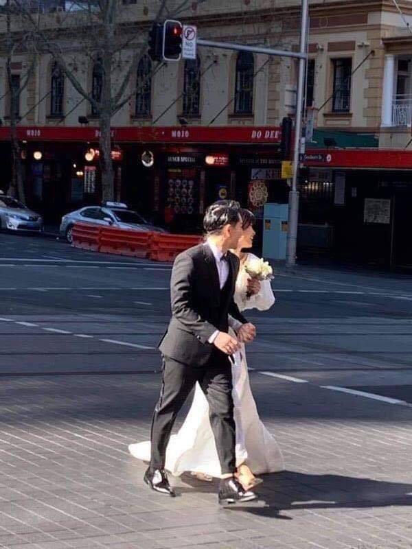 Đông Nhi - Ông Cao Thắng bị bắt gặp đang chụp ảnh cưới trên đường phố Sydney sau màn cầu hôn náo loạn showbiz  - Ảnh 2.