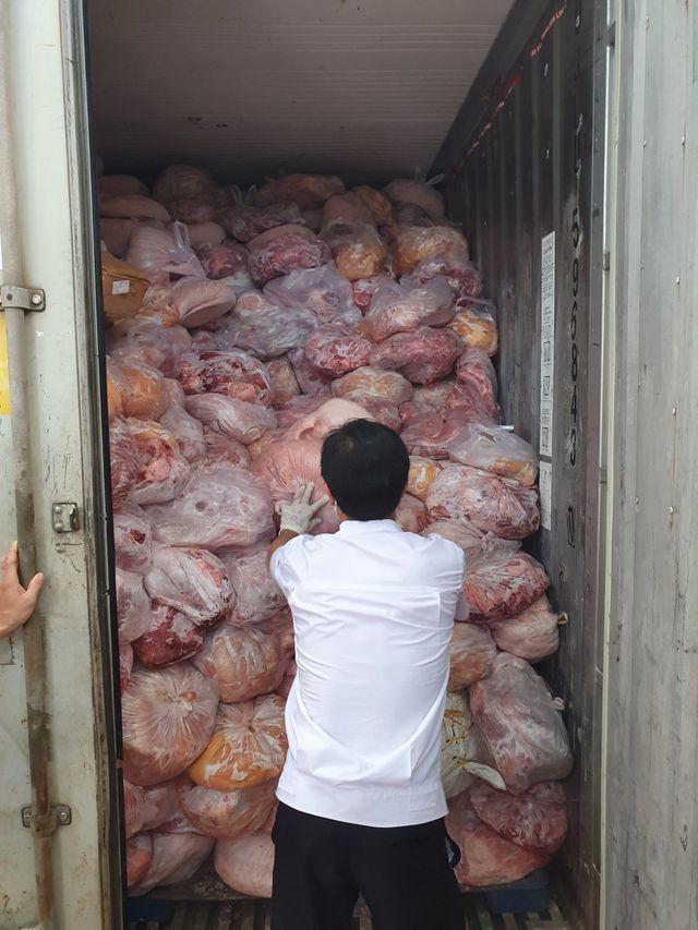 Thu giữ 40 tấn thịt đông lạnh hôi thối suýt bị làm giò chả - Ảnh 2.