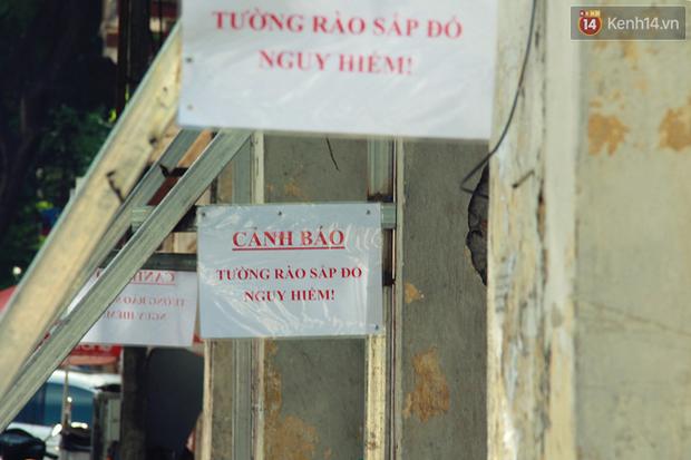 Hà Nội: Người dân vô tư ngồi bán hàng, trú nắng dưới bức tường rào sắp đổ sập của nhà khách La Thành - Ảnh 12.