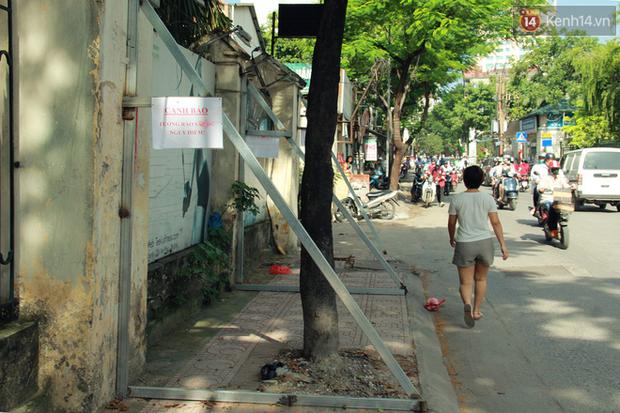 Hà Nội: Người dân vô tư ngồi bán hàng, trú nắng dưới bức tường rào sắp đổ sập của nhà khách La Thành - Ảnh 15.