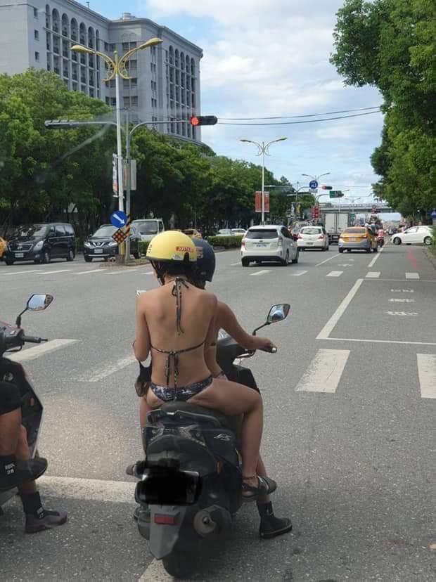 Cô gái trẻ đội mũ bảo hiểm theo phong cách độc lạ, thản nhiên chạy xe trên phố khiến nhiều người tranh cãi - Ảnh 3.