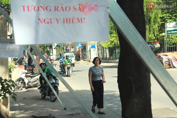 Hà Nội: Người dân vô tư ngồi bán hàng, trú nắng dưới bức tường rào sắp đổ sập của nhà khách La Thành - Ảnh 3.