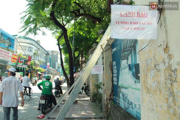 Hà Nội: Người dân vô tư ngồi bán hàng, trú nắng dưới bức tường rào sắp đổ sập của nhà khách La Thành - Ảnh 4.