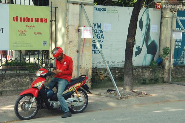 Hà Nội: Người dân vô tư ngồi bán hàng, trú nắng dưới bức tường rào sắp đổ sập của nhà khách La Thành - Ảnh 5.