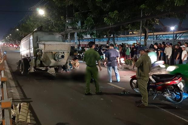 2 thanh niên tông vào trục máy bơm bê tông đỗ giữa đường phố Sài Gòn, tử vong tại chỗ - Ảnh 1.