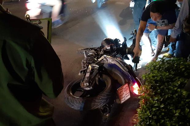 2 thanh niên tông vào trục máy bơm bê tông đỗ giữa đường phố Sài Gòn, tử vong tại chỗ - Ảnh 2.