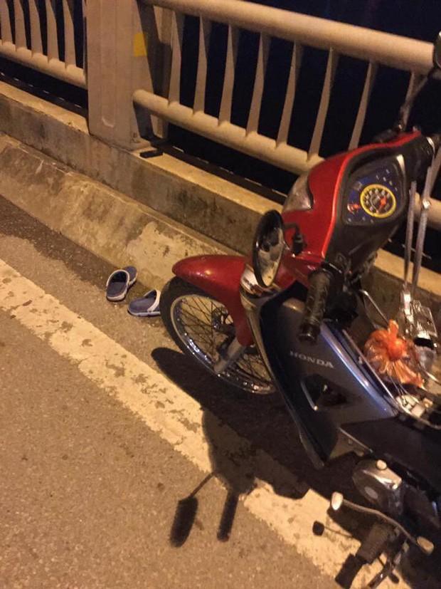 Cô gái trẻ để lại xe máy rồi nhảy cầu Vĩnh Tuy tự tử trong đêm - Ảnh 1.
