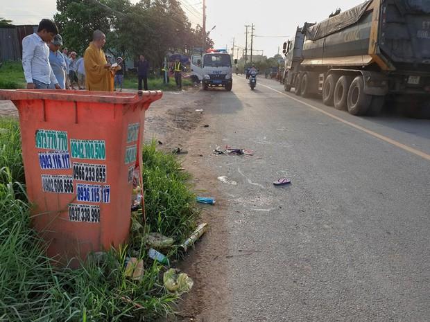 Bé gái ở Bình Dương chết thảm vì thùng rác bên đường - Ảnh 1.