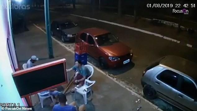 Đang ngồi uống bia trên vỉa hè, người đàn ông bất ngờ bị lốp ô tô văng trúng hất bay người - Ảnh 1.