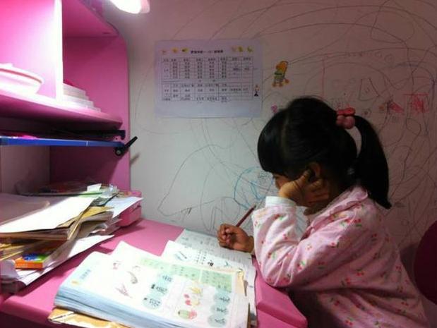Bi kịch đau lòng của cô bé 8 tuổi bị mẹ ép học quá nhiều sau mẩu giấy Mẹ ơi, con mệt quá. Con ngủ một lát mẹ nhé! - Ảnh 1.
