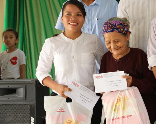 Báo Gia đình và Xã hội trao quà tặng đến gia đình chính sách có hoàn cảnh khó khăn ở Tuyên Quang - Ảnh 7.