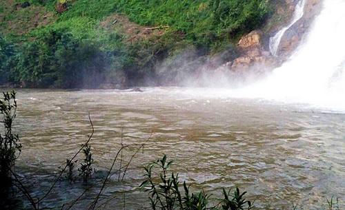 Ba thanh niên mất tích khi tắm thác ở Gia Lai - Ảnh 1.