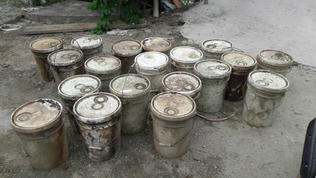 Hải Phòng: Trục vớt gần 30 thùng phi chất thải khiến nước kênh Hòa Bình bị ô nhiễm nghiêm trọng   - Ảnh 1.