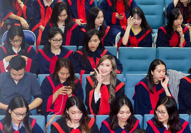 """""""Bông hồng"""" Lào gốc Việt xinh đẹp trong lễ tốt nghiệp tại Học viện Ngoại giao - Ảnh 2."""