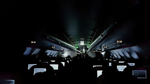 Thủ đoạn của những kẻ trộm lộng hành trên máy bay - Ảnh 3.