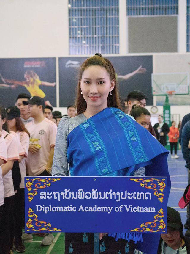"""""""Bông hồng"""" Lào gốc Việt xinh đẹp trong lễ tốt nghiệp tại Học viện Ngoại giao - Ảnh 7."""