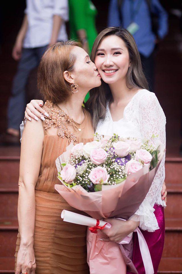 """""""Bông hồng"""" Lào gốc Việt xinh đẹp trong lễ tốt nghiệp tại Học viện Ngoại giao - Ảnh 10."""