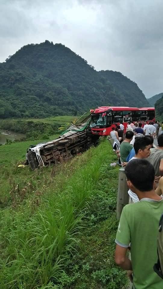Xe khách giường nằm đâm đuôi xe tải khiến 16 người thương vong - Ảnh 1.