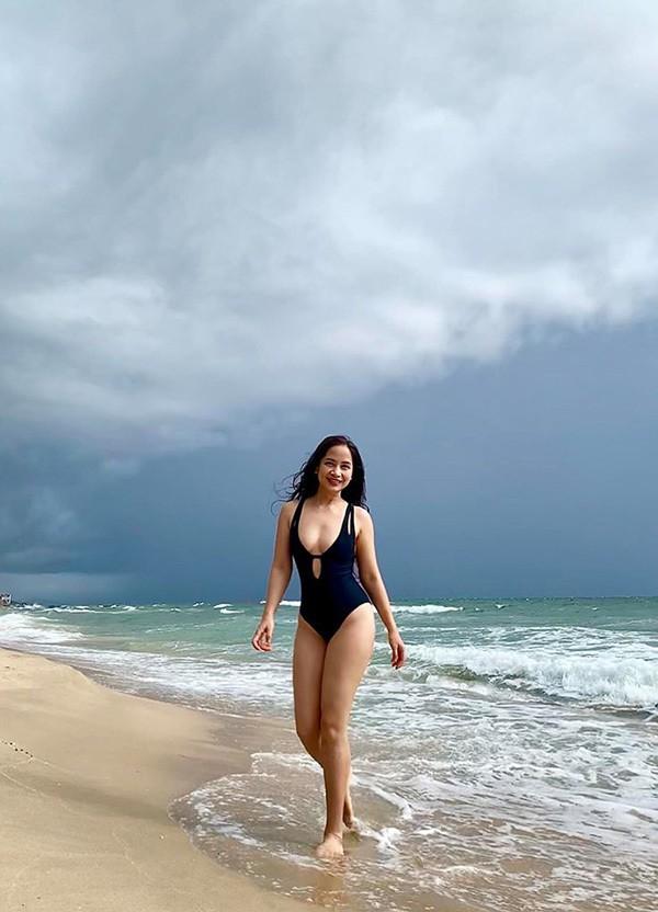 Diệu Thảo Phía trước là bầu trời khoe dáng với bikini - Ảnh 1.