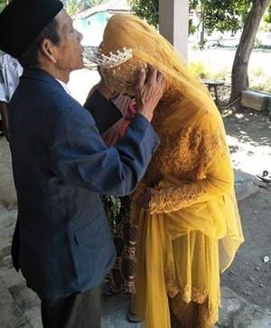 Cô gái đôi mươi yêu pháp sư 83 tuổi từ cái nhìn đầu tiên  - Ảnh 1.