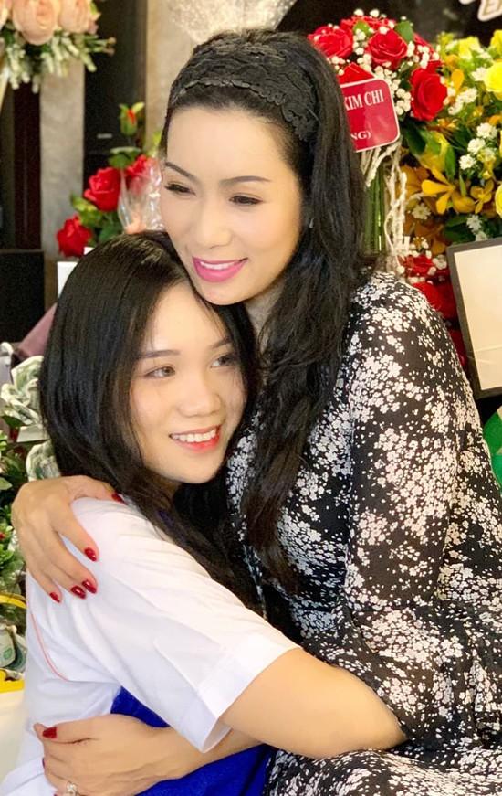 Á hậu Trịnh Kim Chi xinh đẹp mừng tuổi 47 bên chồng con - Ảnh 3.