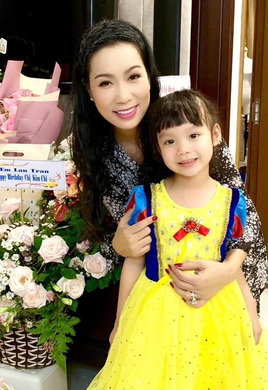 Á hậu Trịnh Kim Chi xinh đẹp mừng tuổi 47 bên chồng con - Ảnh 4.