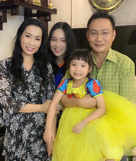 Á hậu Trịnh Kim Chi xinh đẹp mừng tuổi 47 bên chồng con - Ảnh 5.