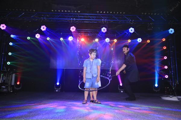 Xuân Bắc cùng các em nhỏ phấn khích trước màn trình diễn của phù thủy bong bóng Fan Yang - Ảnh 9.