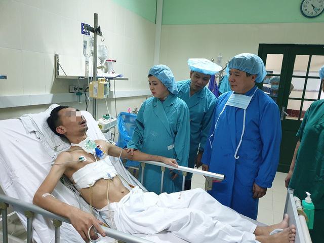 Bộ trưởng Bộ Y tế thưởng nóng kíp ghép tạng kỷ lục 15 ca/tuần ở Bệnh viện Việt Đức - Ảnh 2.