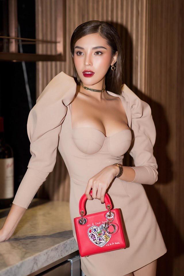 Hoa hậu Kỳ Duyên khoe ngực ngồn ngộn, lấn át cả nhân vật chính Diệp Lâm Anh - Ảnh 2.