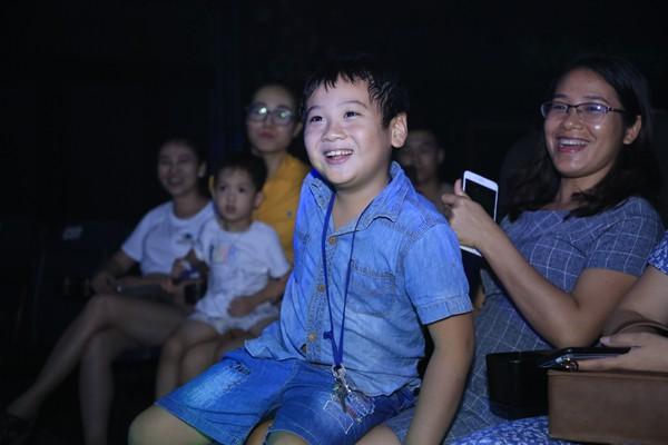 Xuân Bắc cùng các em nhỏ phấn khích trước màn trình diễn của phù thủy bong bóng Fan Yang - Ảnh 8.