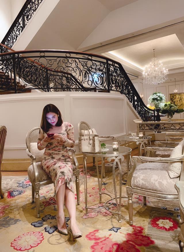 Cuộc sống trong biệt thự sang chảnh của Hoa hậu quỳ gối rửa chân cho chồng, nhìn một góc phòng khách cũng đủ lác mắt - Ảnh 3.